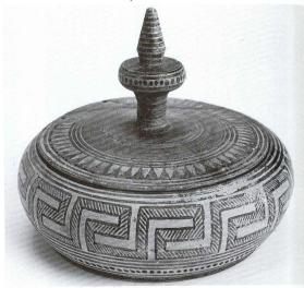 Flat-bottomed pyxis with lid